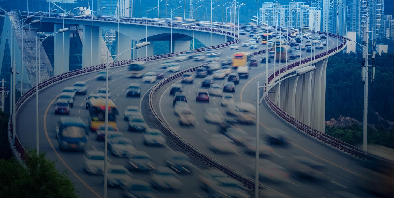 Trafic dense d'automobile sur une autoroute