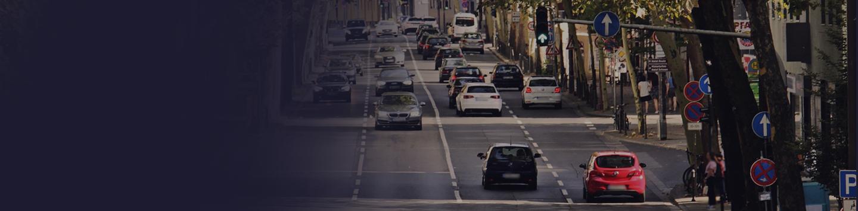 Trafic de plusieurs véhicules sur une route en ville