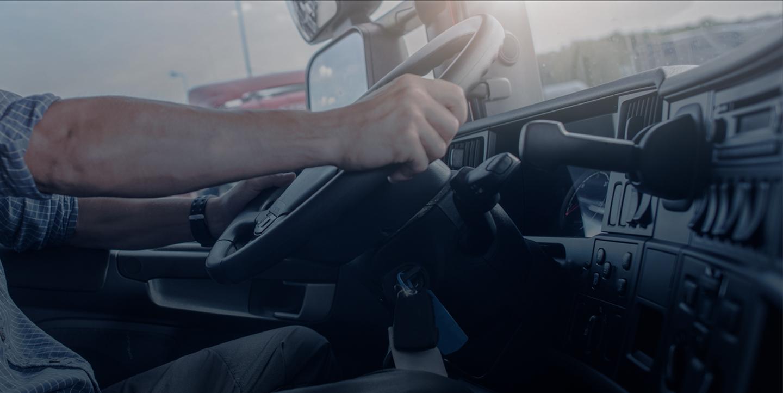 Une personne tenant un volant d'un véhicule appartenant à une flotte automobile